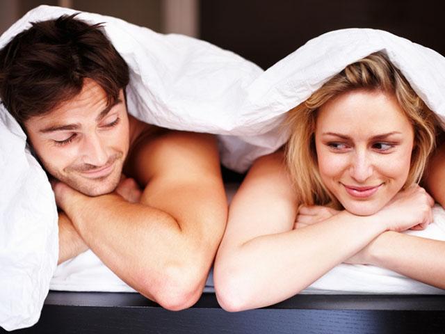 ベッドで並んで寝るカップル