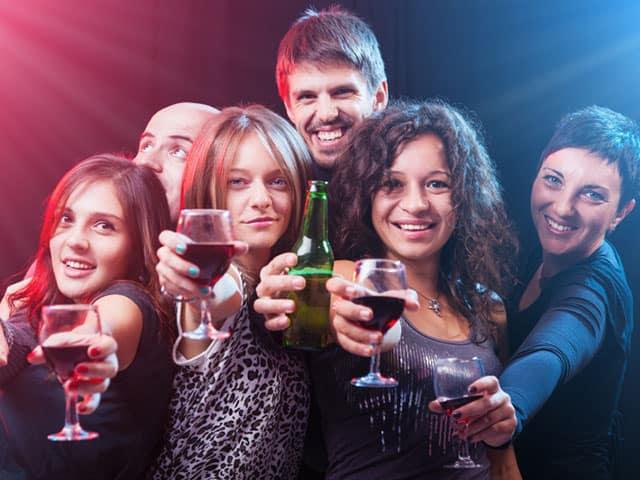 大人数で乾杯する男女