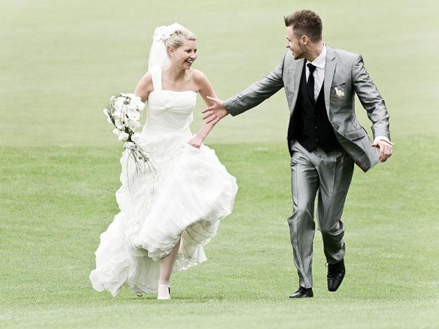 草原を走る花嫁と花婿