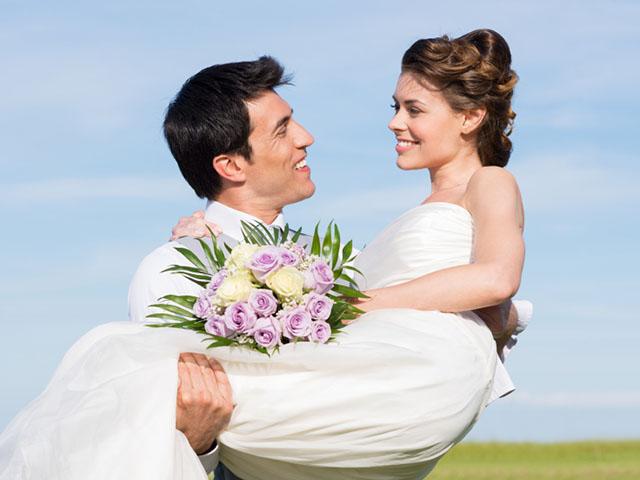 花嫁を抱える男性
