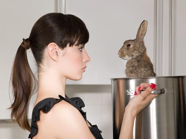 ウサギをナベに入れる女性