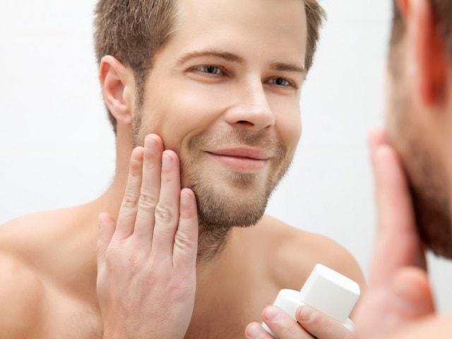 顔を丁寧に洗う男性