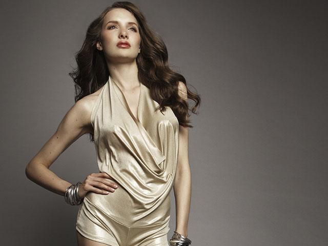 ゴージャスな服を着る女性