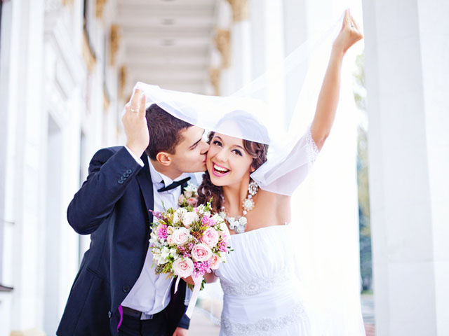 結婚式をあげるカップル