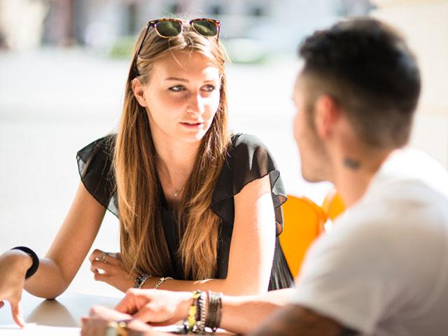 カフェで話し合う男女