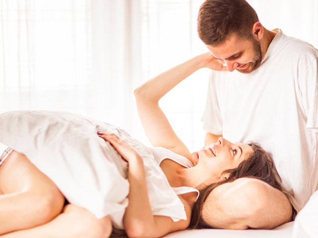 彼の膝枕でくつろぐ女性