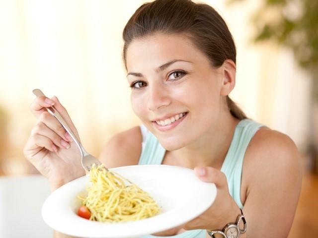 パスタを食べる女性