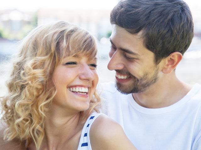 楽しげな若いカップル