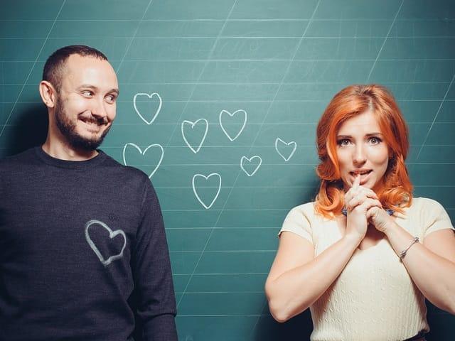 黒板アートのカップル