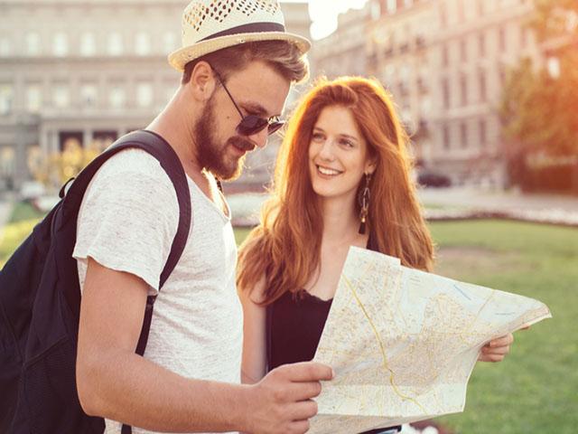 海外旅行を楽しむカップル