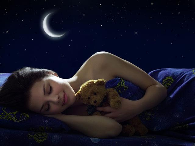 願い事をしながら眠る女性