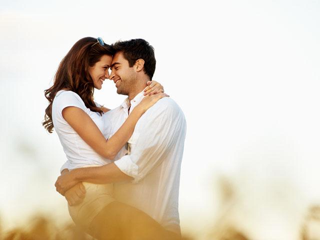 外で抱き合うカップル