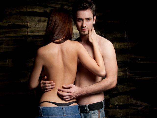 上半身裸のカップル