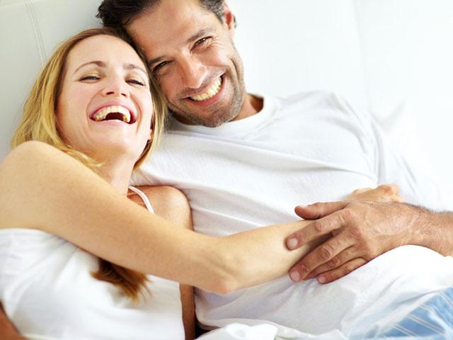 楽しげに笑うカップル