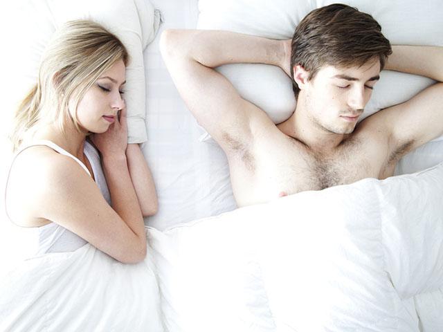 ベッドで寝ているカップル