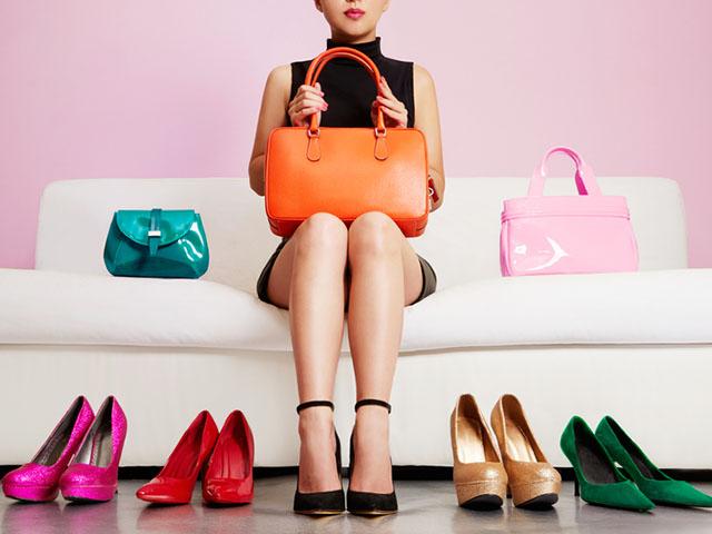 靴やバックを購入した女性