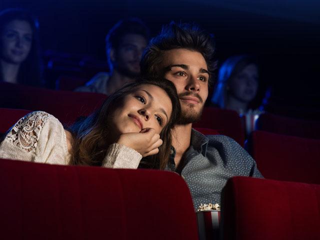 映画鑑賞中のカップル