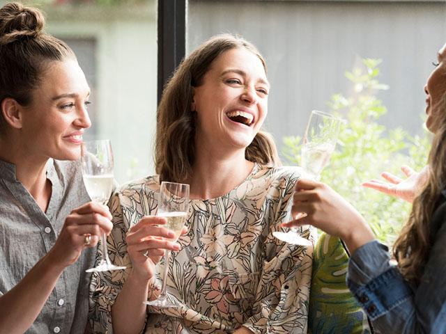 談笑する女性3人組