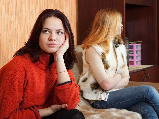 友人に対して呆れる女性