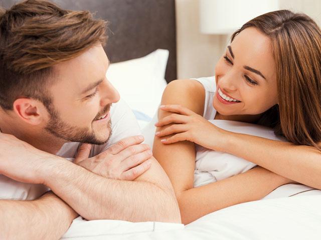 ベッドで見つめ合うカップル