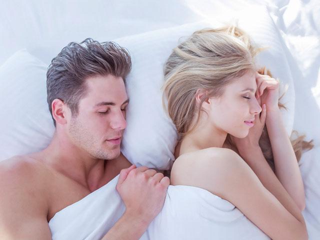 寄り添って眠るカップル