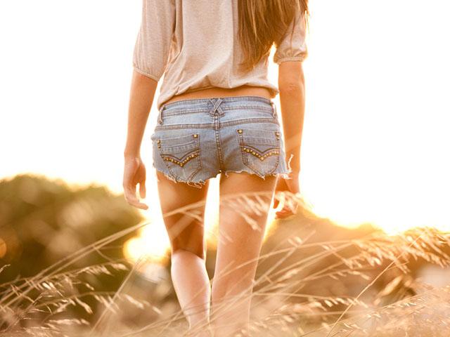 ショートパンツ姿の女性