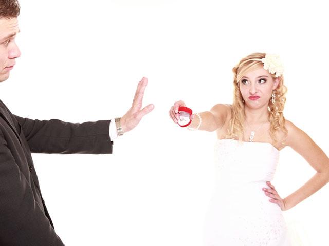 男性に結婚を迫る女性