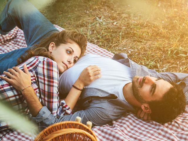 ピクニック中のカップル