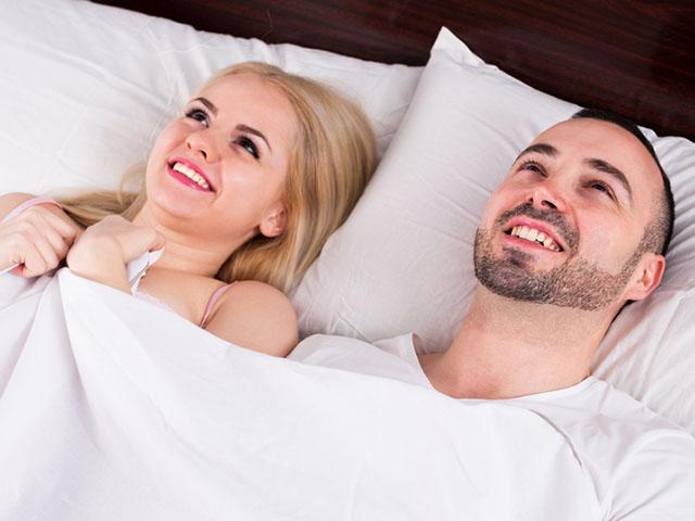 添い寝するカップル