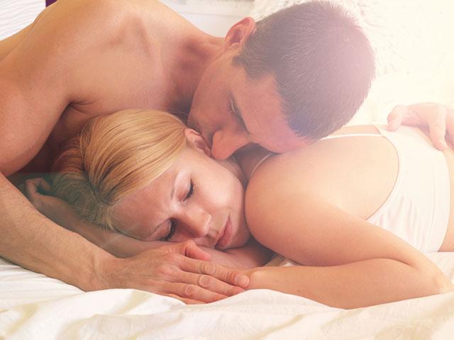 重なり合って眠るカップル