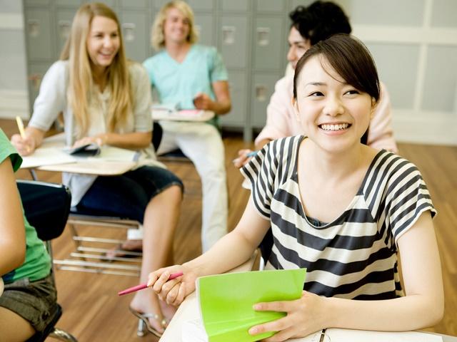 教室で勉強する学生