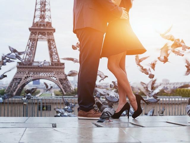 エッフェル塔の近くでキスするカップル