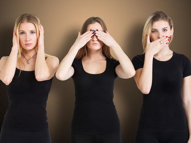 黒い服を着た三人の女性