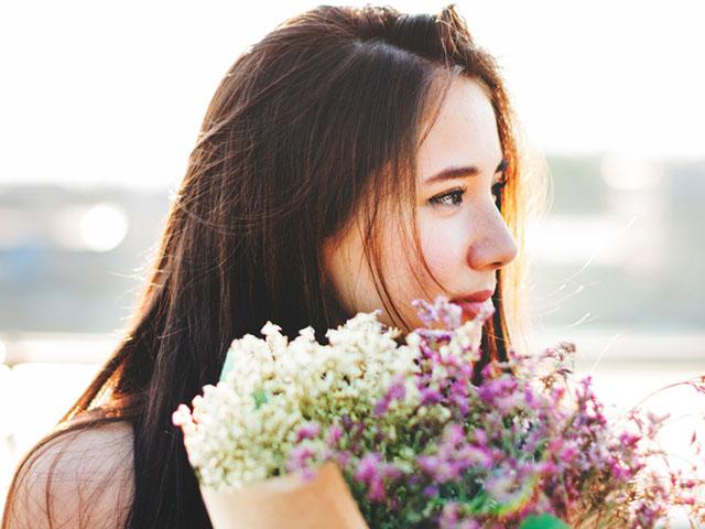 花束を手に持つ女性